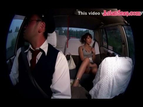 淫乱AV女優の桜ここみがタクシーの中でおっぱいやおまんこを露出して弄るオナニー動画無料