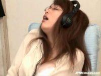 AV鑑賞しながら乳首やおまんこを刺激し妖艶に喘ぐ知的な美人妻がエロいオナニー動画
