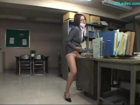 人気AV女優の椎名ゆなが女教師姿で性感帯を弄るオナニー動画