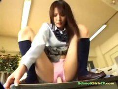 清純そうな制服美少女がディルドーをおまんこに挿入して悶えるオナニー動画無料