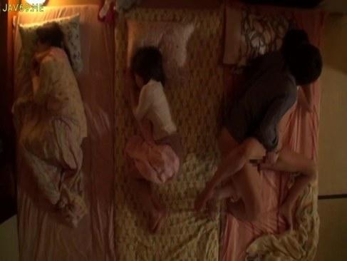 妹カップルのセックスを目撃して欲情した美乳ギャルのオナニー動画無料