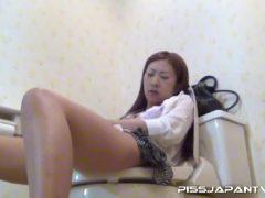 美人なお姉さんをトイレ盗撮したら放尿後におまんこを触りだし手マンで潮吹きしちゃうオナニー動画