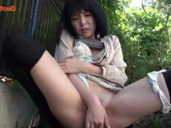 色白の美女が野外でおまんこを指で弄りいっちゃう無修正の自画取りオナニー動画