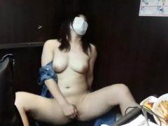 美人な巨乳の美女がネカフェで全裸オナニーを中継するライブチャット動画