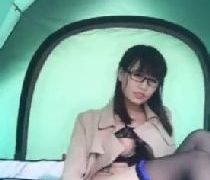 メガネの美女がコートに下着姿で露出しながらディルドをおまんこに挿入する自画取りの無修正オナニー動画