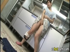 川上ゆうが台所で立ったままオナニーしているオな二ー動画