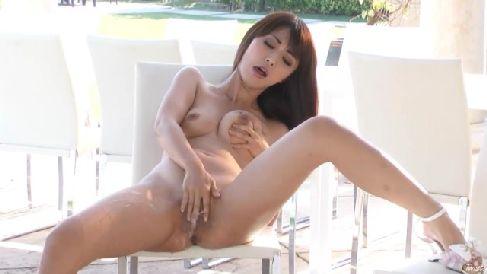 スタイル抜群な美女がテラスで全裸になっておまんこを弄りながら悶える無修正オナニー動画