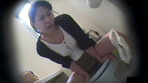 トイレのウォシュレットをおまんこに当てて喘ぐ美人なお姉さんのオナニー盗撮動画