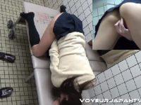 スレンダーな美人のJKが公衆トイレでおまんこを弄っていく無修正のオナニー盗撮動画