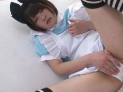 メイドコスプレの美女がパンツの上からおまんこを弄りながらカメラ目線で喘いでいくオナニー動画