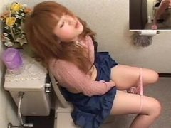 茶髪の美女がトイレで欲情しおまんこを弄って気持ち良くなるオナニー盗撮動画