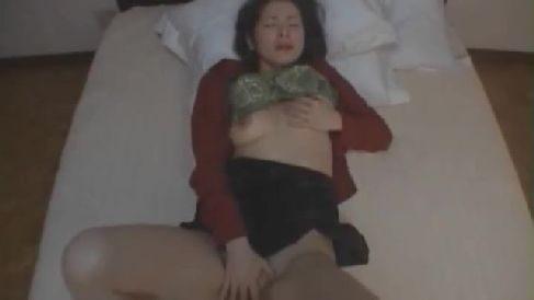 綺麗な熟女妻がベットでおまんこを弄り気持ち良くなっていく無修正オナニー動画
