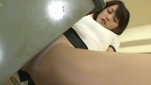 美人な熟女達がおまんこを机の角やロープで擦って昇天していくオナニー動画