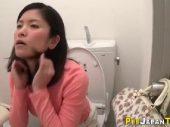 トイレで発情したお姉さんが大量潮吹きしながらおまんこを弄って昇天していく無修正オナニー動画