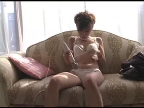 純白下着姿のモデル系ギャルが電マを使って自慰!おまんことクリトリスを刺激してビクビク痙攣イキしてるオナニー動画