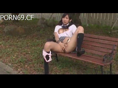 制服姿の小倉奈々が野外でおまんこを披露して弄ってるアダルトなオナニー動画無料